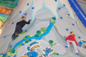 Kinder beim Klettern am Riesenvulkan im alcino Kindertobeland
