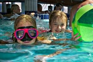 Kinder im Wasser im Ocean Wave in Norddeich