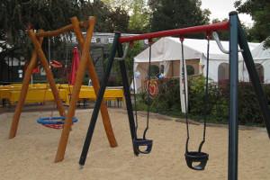 Schaukeln auf dem Spielplatz