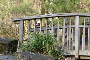 Holzbrücke auf dem Aktivspielplatz