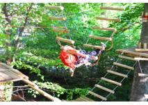 Mann beim Klettern im Abenteuerpark Schloss Lichtenstein