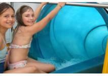 Kinder auf der Riesen-Röhren-Rutsche im Badezentrum Gliesmarode