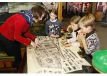 Kinder betrachten eine Landkarte