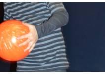 Kind mit Bowlingkugel