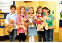 Kinder mit Bär