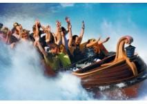 Begeistere Besucher im Wikingerboot