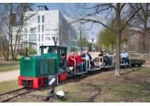 Feldbahn dreht im Freigelände eine Runde