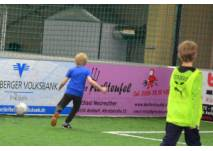Kinder beim Indoor-Soccer