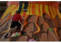 Kinder beim Klettern am Riesenvulkan