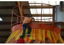 Kinder erklimmen den Riesenvulkan