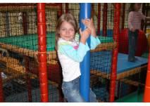 Mädchen im Indoor-Spielplatz