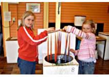 Kinder beim Kerzenziehen in der Kerzenstube Norddeich