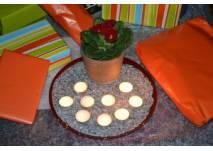 Geburtstagstisch mit Kerzen und Geschenken