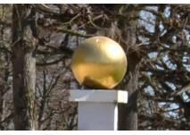 Goldene Kugel auf einer Säule