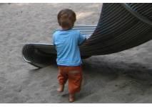 Kind spielt an der Rutsche