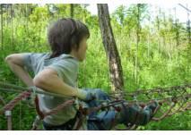 Kind in Klettergarten