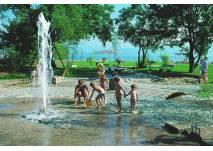 Familie auf dem Wasserspielplatz Kressbronn