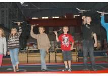 Kinder mit Modellfliegern
