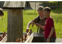 Zwei Jungen am Brunnen