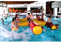 Kinder mit Badeinsel im Wasser Ramensteinbad Nattheim