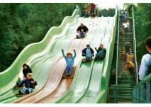 Kinder auf der Riesenrutsche im Freizeitpark Allensbach
