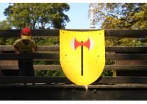 Kind und Ritterschild auf dem Spielplatz