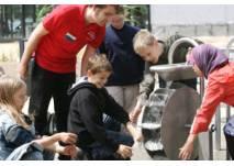 Kinder am Wasser Schaufelrad im EntdeckerPark Universum® Bremen