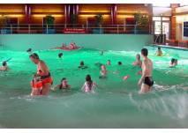 Badegäste im Wellenbad Hooksiel