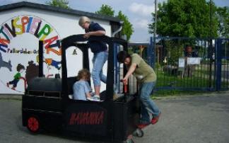 Kinder vor dem Aktivspielplatz