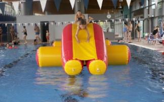 Kinder mit Spielgeräten im Wasser im aqua riese Bad Staffelstein