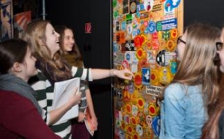 Kinder vor Plakatwand im TECHNOSEUM Mannheim