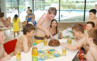 Kinder feiern Geburtstag im Schwimmbad