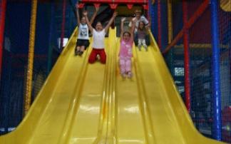 Kinder auf der gelben Rutschbahn