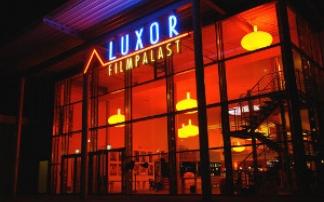 Luxor-Filmpalast Fassade bei Nacht