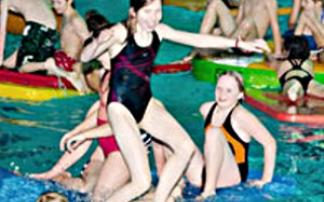 Kind versucht, auf Badematte im Wasser zu stehen