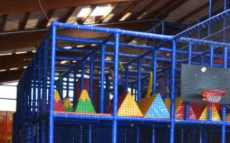 Klettergerüst im Indoor-Spielplatz