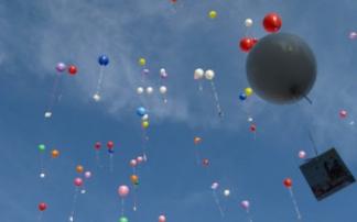 Luftballons fliegen in die Luft