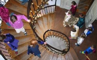 Kinder im Treppenhaus im Schloss Jever