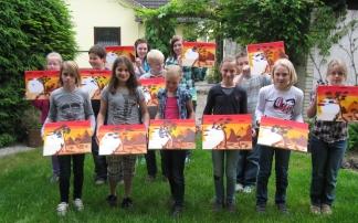 Kinder zeigen ihre gemalten Werke beim Kindergeburtstag in Stadthagen