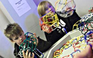 Kinder experimentieren in der Phänomenta Bremerhaven