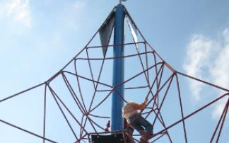 Seilpyramide mit Kind