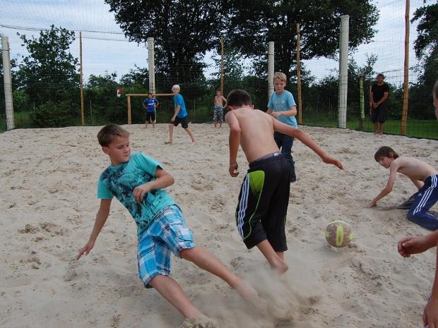 Jungs beim Beach-Fußball