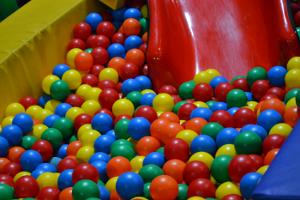 Bällebad im Indoor-Spielplatz
