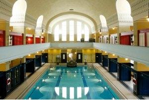 Im historischen Ambiente schwimmen (c) Jugendstilbad Darmstadt