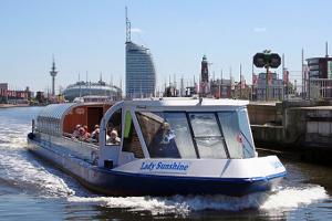 Die 'Lady Sunshine' bei der Durchfahrt vom Neuen Hafen in den Kaiserhafen