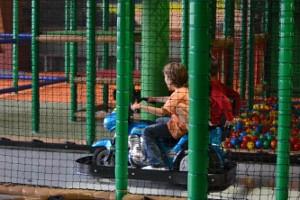 Kinder auf Elektromotorrad