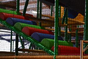 Klettern im Indoor-Spielplatz