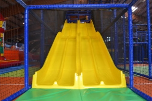 Riesenrutsche im Indoor-Spielplatz