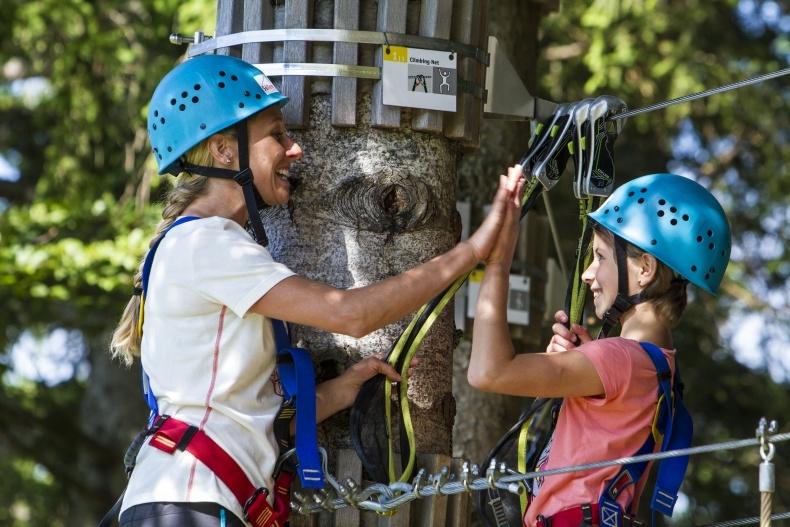 Familien entdecken den Kletterwald Söllereck