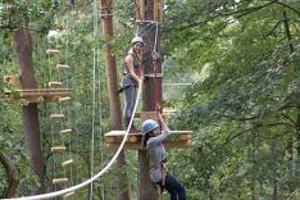 Jugendliche beim Klettern im kraxelmaxel Kletterpark Oldenburg-Hatten